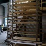 Planken liggen te drogen in onze werkplaats.